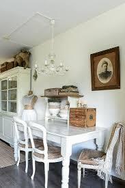 alte stühle am weißen holztisch im bild kaufen