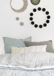 schlafzimmerdeko mit mond und papiersternen wunderschön