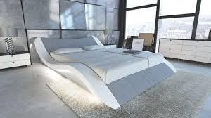 das elegante moderne wasserbett frankfurt besitzt eine