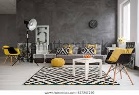 stilvolles geräumiges wohnzimmer mit grauen wänden und