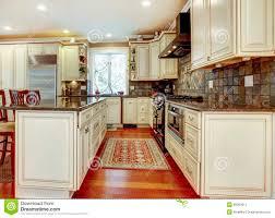 cuisine en dur grande cuisine blanche de luxe avec le bois dur de cerise image