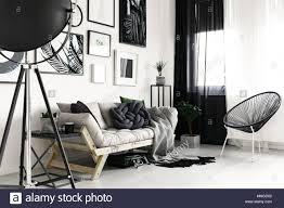 holz sofa und ausgefallenen schwarzen stuhl in modern