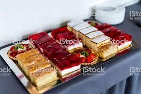 auswahl der stücke obst torte mit erdbeeren kiwi gelee apfel auf silbernen tablett und unscharfen hintergrund stockfoto und mehr bilder apfel