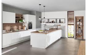 topmoderne wohnküche ka 43 180 in weiß softmatt mit kochinsel und markentechnik neff