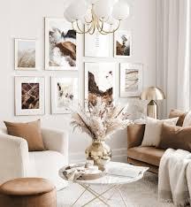 harmonische bilderwand beiges wohnzimmer abstrakte naturposter goldrahmen