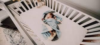 sollte das babybett im schlafzimmer stehen all you need