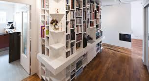bibliothèque avec bureau intégré une bibliothèque et coin bureau dans un couloir maison travaux