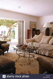glas gekrönt couchtisch aus metall und große sofa mit beige