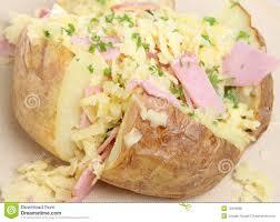 pomme de terre robe de chambre pomme de terre en robe de chambre avec du jambon et le fromage photo