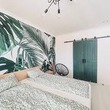 grüne türen und helles holz in einem schlafzimmer reno türen
