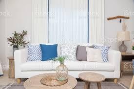 weißes sofa mit vielen blauen kissen im gemütlichen wohnzimmer stockfoto und mehr bilder behaglich