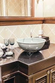 schöne luxus waschbecken dekoration im badezimmer interieur vintage lichtfilter
