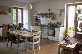 eine großzügige wohnküche einer wg in berlin wohnküche