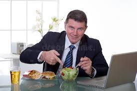 le bureau verte le gestionnaire au bureau mangent de la salade verte image stock