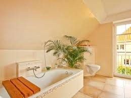 gemütliches bad mit badewanne und großem fenster eco