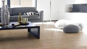 vinylboden im wohnzimmer stilvoll durch den alltag