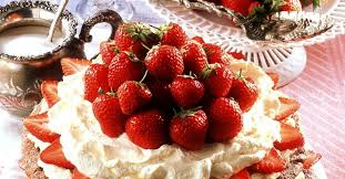 nuss baiser torte mit erdbeeren