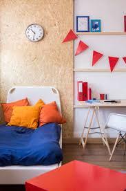 pallet bett und holzwand in ökologischen schlafzimmer