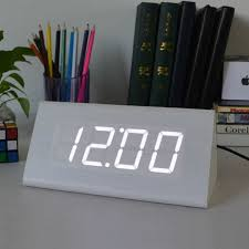 horloge de bureau design moderne imitation triangle bois horloge de bureau alarme led
