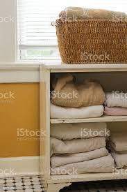 weiße handtücher im schrank aufbewahrt im badezimmer stockfoto und mehr bilder badezimmer