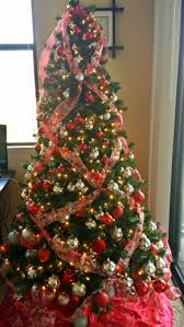 Criss Cross Ribbon Decorated Christmas Trees Are Not Just Stunning Theyre Also Very Stylish This Style Will Add Texture And Color To Any Tree