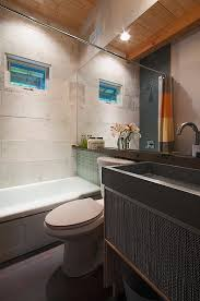 modernes badezimmer mit holzdecke bild kaufen