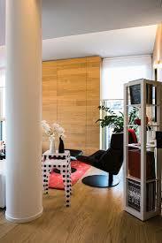 modernes wohnzimmer mit holzboden und bild kaufen