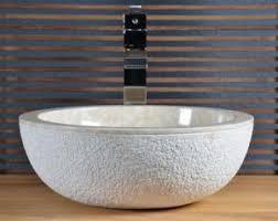 vasque en marbre aux formes originales pour la salle de bain