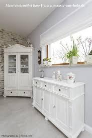 weiße landhausmöbel in einem esszimmer aus massiv holz