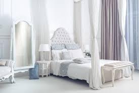 helles sauberes stilvolles schlafzimmer und wohnzimmer mit