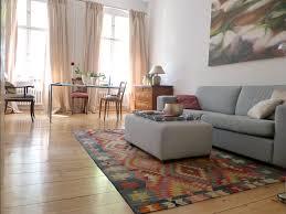 kelim im wohnbereich mit schönen hellen holzdielen