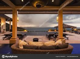 luxusvilla wohnzimmer interieur meerblick stockfotografie