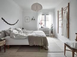 helles skandinavisches schlafzimmer mit schönen holztönen