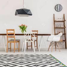 einem tisch und verschiedene stühle in einem esszimmer