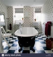 roll top badewanne und schwarz weiß schachbrett board