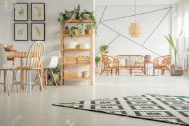 modernes weißes esszimmer mit tisch stuhl und bücherregal