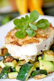 cuisiner le dos de cabillaud à la poele dos de cabillaud sur lit de courgettes recette diététique la