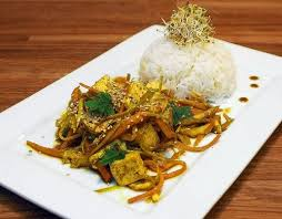 cuisiner avec un wok le télégramme recettes plat wok de légumes au tofu servi avec