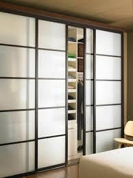 porte de placard chambre la porte coulissante en 43 variantes magnifiques archzine fr