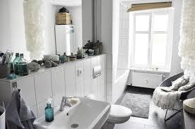 schön eingerichtetes badezimmer in weiß mit großem fenster