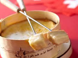 cuisiner le mont d or la fondue au vacherin mont d or recettes femme actuelle
