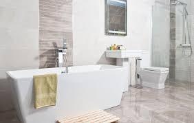 badezimmereinrichtung in weiß und beige keramikfliesen