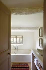 kalksteinbadewanne im kleinen badezimmer bild kaufen
