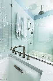 modernes zweites badezimmer mit dusche badewanne und glasfliesen stockfoto und mehr bilder architektonisches detail