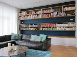 raumhohe bücherwand im wohnraum am tag modern wohnzimmer