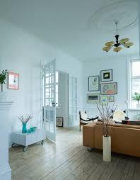 wohnzimmer mit rustikalem flair bild kaufen