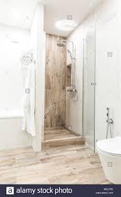 begehbare dusche im badezimmer mit hölzernen stil kachel