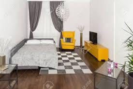 modern hotel apartment mit 3d wohnzimmer und schlafzimmer innen weiße wände luxus wohnzimmer mit sofa und sessel in corner zimmer zu vermieten mit