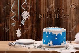 blauer kuchen des geburtstages auf alles gute zum geburtstag des hölzernen hintergrundes und der aufschrift