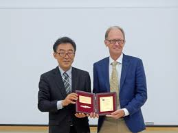 100 Brouwer Amsterdam Fred Receives Award In Japan ARCNL